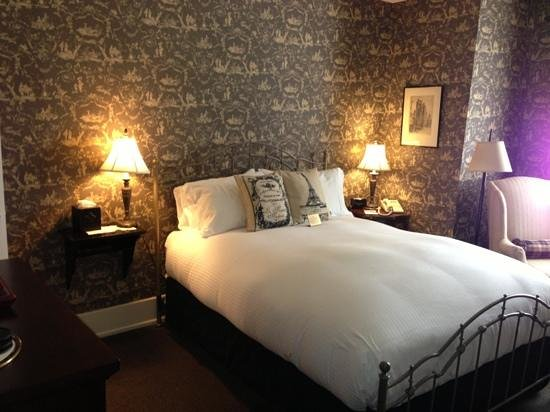 Inn On Broadway: Throw Back Bed