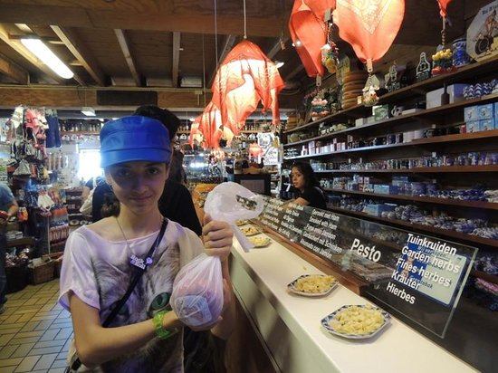 Irene Hoeve Clogs and Cheese Shop: Sera,Gouda peynirlerini kapmış.02/08/2013
