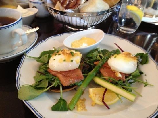 The Cadier Bar : Brunchmeny - efter löjromstoast äter vi lax och pocherade ägg. Ljuvligt!!