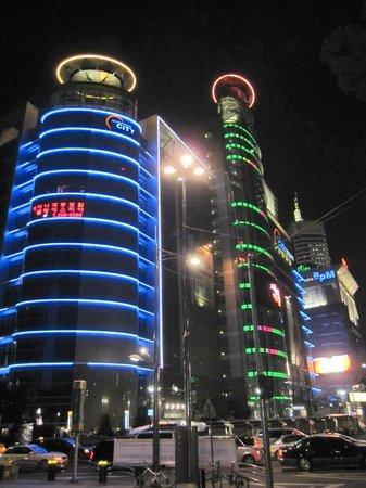 Modernos edificios iluminados fotograf a de se l corea for Immagini di design moderno edificio