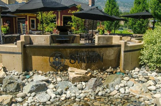 Kettle Valley Station Pub : Great patio to enjoy the sunshine!