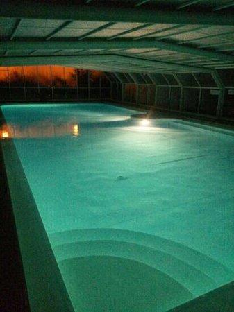 Camping Le Paradis : piscine de nuit
