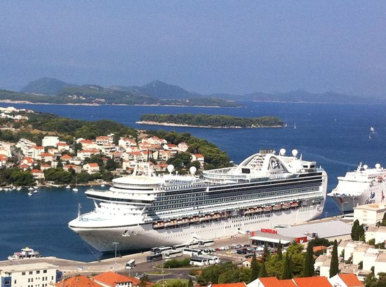 Danica Guesthouse: One of the cruise ships that visited during our stay, could see from the spectacular view point