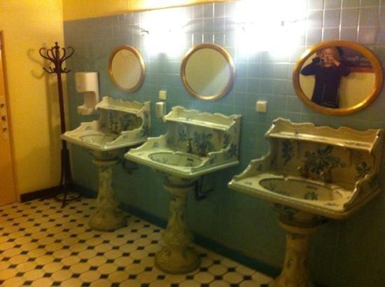 Hôtel du Forum : just your average WC sinks...