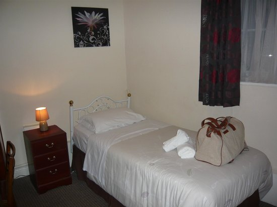 The Farmers Hotel: tidy bedroom