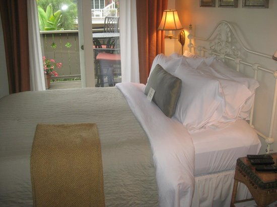 Casa Laguna Hotel & Spa : Our very small bedroom (marvelous sheets)