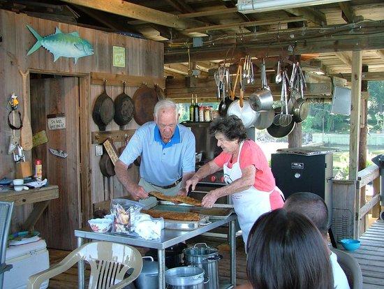 Bay Breeze Bed & Breakfast: Mr Bill & Mrs Becky serving Breakfast