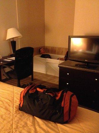 Comfort Inn & Suites: Whirlpool in the room