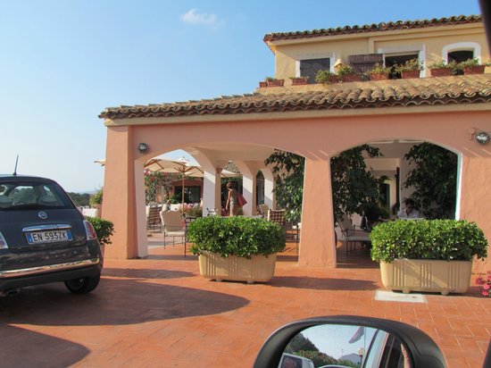 Hotel Capriccioli : Galeria exterior con sillones