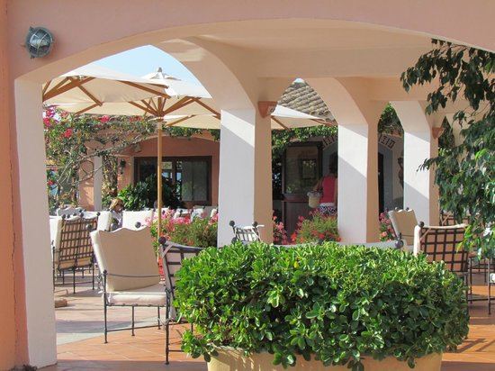 Hotel Capriccioli : Galeria del hotel con sillones