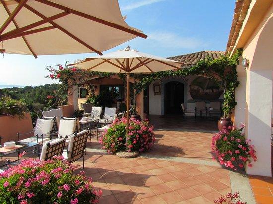 Hotel Capriccioli : Sillones en el exterior