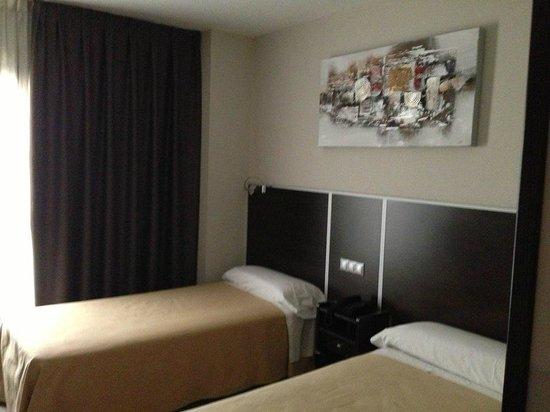 Hostal Avenida Barajas: habitacion amplia confortable