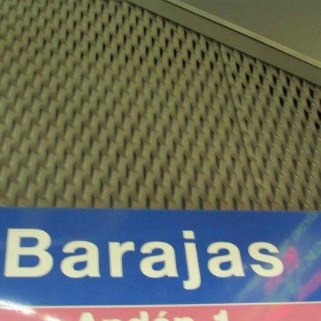 Hostal Avenida Barajas: estación del Metro.