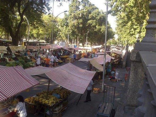 Diamond Hotel: feira na rua da frente do hotel