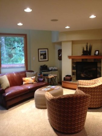 Hidden Creek Bed and Breakfast: Living area outside suites