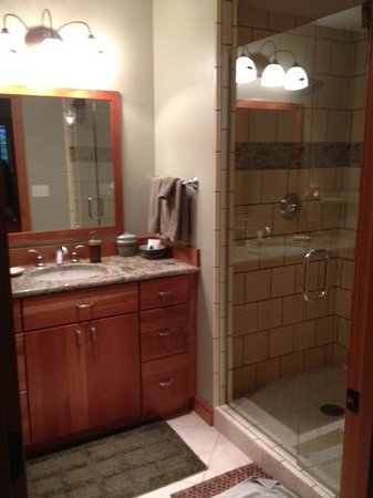 Hidden Creek Bed and Breakfast: Gorgeous bathroom in Enchanted Forest Room