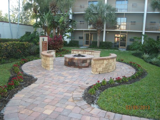 Red Roof Plus+ and Suites Naples: Fire pit