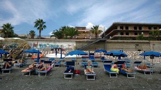 Hotel Solemar: vista frontal del hotel y la playa privada