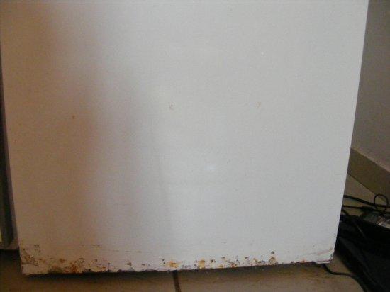 Agoulos inn: Rusty fridge door