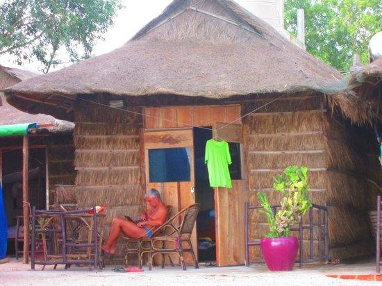 Papa Pippo Bar, Restaurant & Bungalows : il nostro bungalow (con la porta finestra piu' sfigata...)