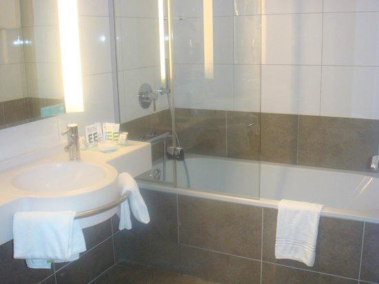 Mercure Carcassonne La Cite Hotel: Banheiro com banheira, do quarto para família