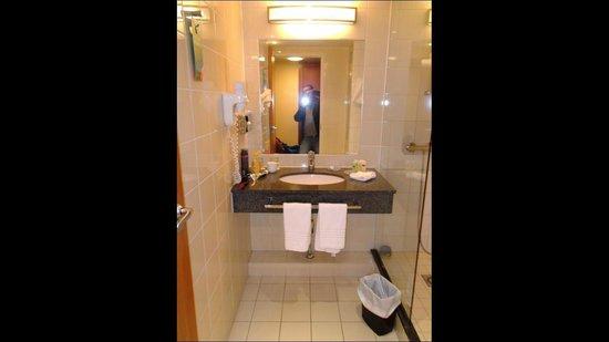 Courtyard Paris La Defense West - Colombes: bathroom