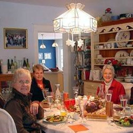 Safe Harbor Inn: Enjoy a great meal with friendly people