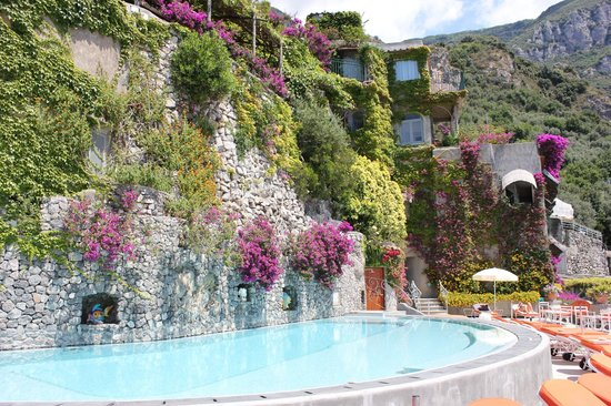 Il San Pietro di Positano: Incredible pool - by August, the entire wall is covered in flowers!