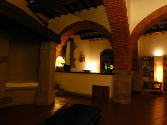 Relais San Pietro in Polvano: Entrance to dining room