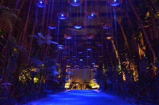 The St. Regis Bali Resort: Entrance at night