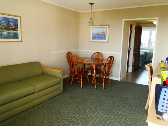 Camelot Motel: Living/Dining area