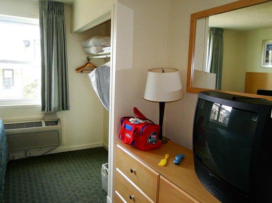 Camelot Motel: Vanity & closet in bedroom
