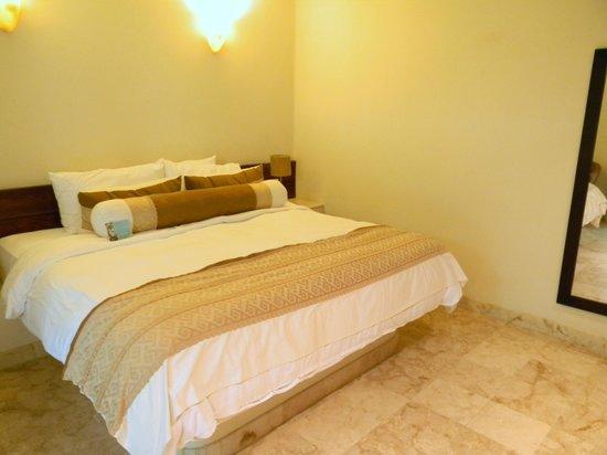 Maya Villa Condo Hotel & Beach Club: Bedroom - very comfortable bed!