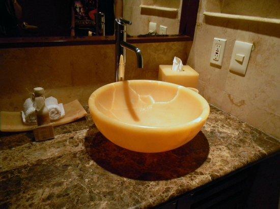 Maya Villa Condo Hotel & Beach Club: The sink in the bathroom - really pretty!