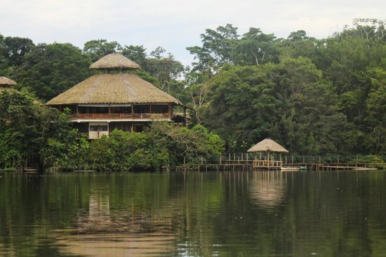 La Selva Amazon Ecolodge: View of the lodge from canoes