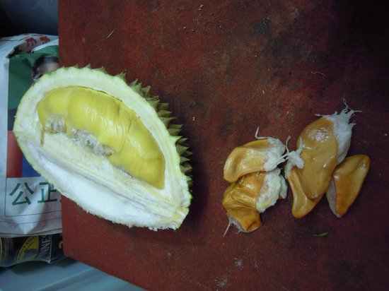Mandarin Pacific Hotel : Durian opposite the hotel