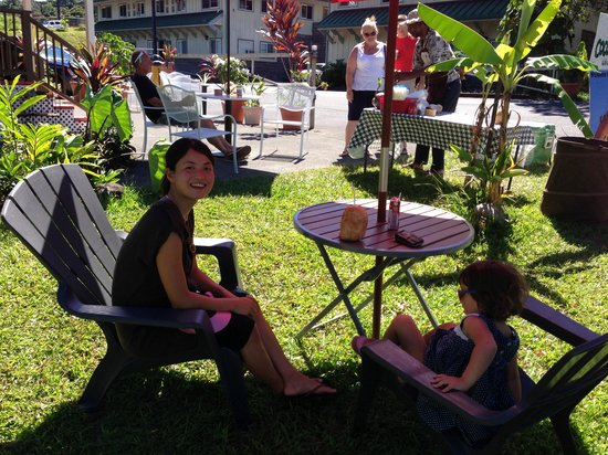 Country Coffee at Rainbow Falls: Lawn seating at Country Coffee in Hilo Hawaii