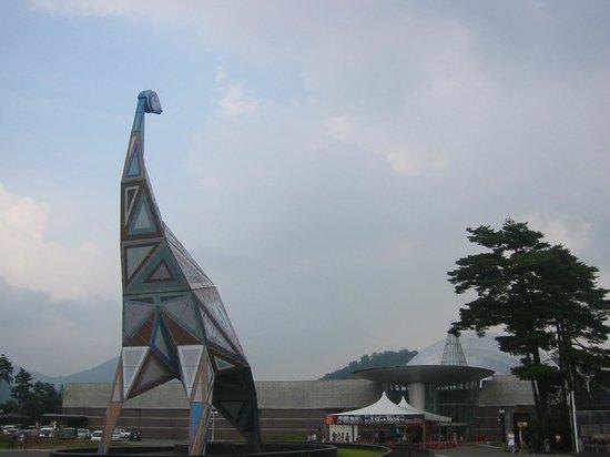 Katsuyama, Japan: 母恐竜が卵を心配そうに見る
