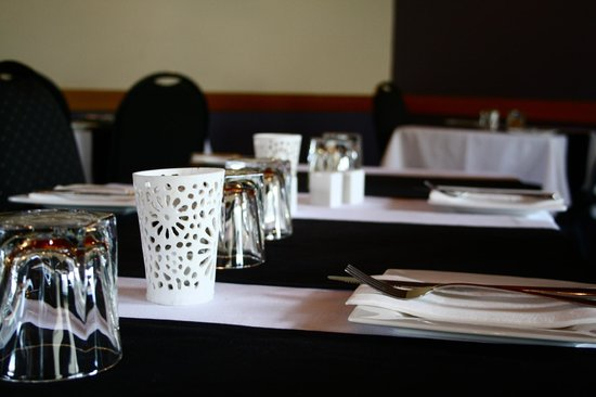 Jetty Restaurant: Elegant table setting