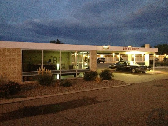 Historic Route 66 Motel : View of the hotel during a sunrise