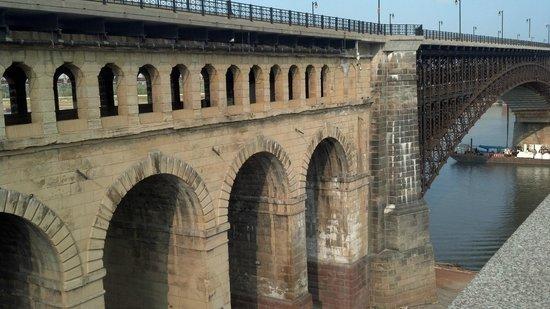 Eads Bridge: Arches decorate the bridge ramp