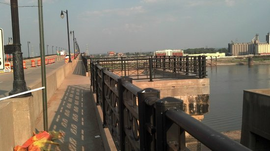 Eads Bridge: Pedestrian overlook built into the bridge