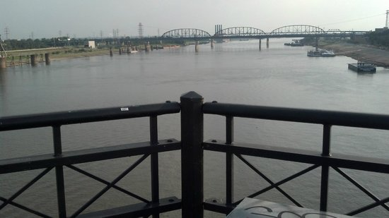 View from the middle of Eads Bridge