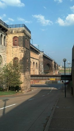 Eads Bridge : View of the bridge from Washington AVE