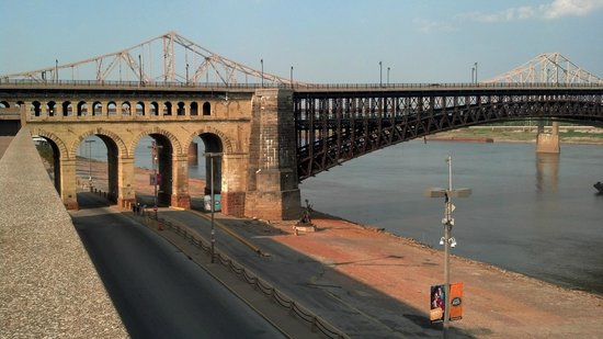 Eads Bridge : View of Leonor K Sullivan BLVD going under the bridge