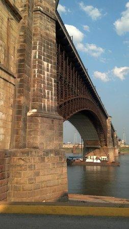 Eads Bridge: Western bridge pillar up close