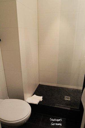 Motel One Stuttgart: Bathroom