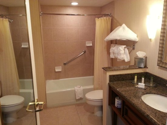 DoubleTree by Hilton Albuquerque: Bathroom in 905.  Clean and well stocked.