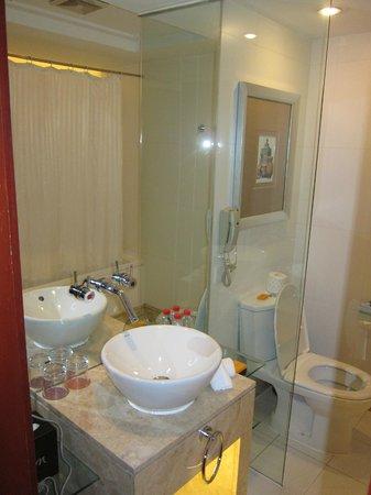 Mercure Xian on Renmin Square: toilet table