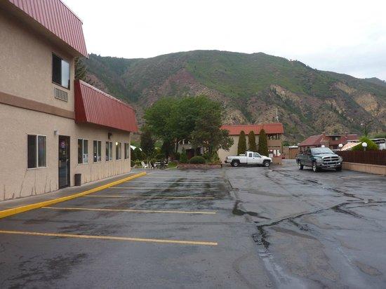 Glenwood Springs Cedar Lodge : Side view